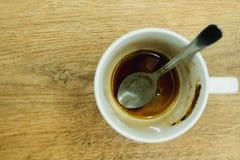 Kaffeetasse mit Löffel und Kaffee befleckt auf ihnen , Dann nachdem dem Trinken auf hölzernem Hintergrund Stockbilder