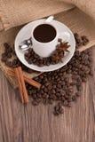 Kaffeetasse mit Leinwandsack Stockbild