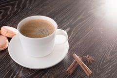 Kaffeetasse mit macarons abd Zichorie Lizenzfreie Stockbilder