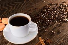 Kaffeetasse mit macarons abd Zichorie, Kaffeebohnen Lizenzfreie Stockfotos