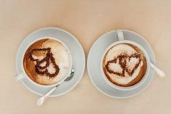 Kaffeetasse mit Milch und Herz formen auf eine Tabelle Lizenzfreies Stockbild
