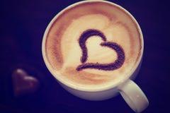 Kaffeetasse mit Milch und Herzen Lizenzfreie Stockbilder