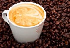 Kaffeetasse mit Muster auf Schaumgummi stockbilder