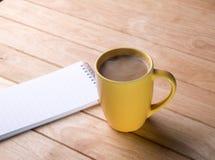 Kaffeetasse mit Notizbüchern. Lizenzfreie Stockfotografie
