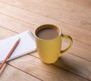 Kaffeetasse mit Notizbüchern und Bleistiften. Lizenzfreies Stockbild