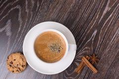 Kaffeetasse mit Plätzchen abd Zichorie Stockfoto