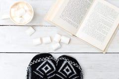 Kaffeetasse mit Sahne und Eibische, offenes Buch Konzept gemütlich stockbild