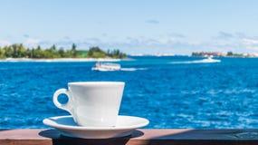 Kaffeetasse mit schönem Meerblickhintergrund Lizenzfreies Stockbild