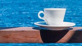 Kaffeetasse mit schönem Meerblickhintergrund Stockbild