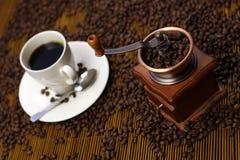 Kaffeetasse mit Schleifer Stockfoto
