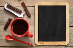 Kaffeetasse mit Schokolade und Tafel Stockfotografie