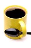 Kaffeetasse mit schwarzem Löffel Lizenzfreie Stockbilder