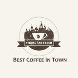 Kaffeetasse mit Stadthintergrundaufkleber Stockfoto