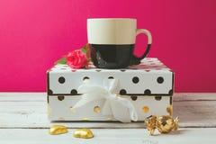 Kaffeetasse mit Zauber und eleganter weiblicher Gegenstand- und Rosafarbenerblume Stockbild