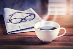 Kaffeetasse mit Zeitung stockfotos
