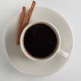 Kaffeetasse mit Zimtstangen Lizenzfreie Stockbilder