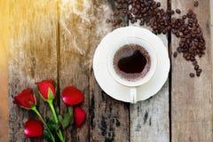 Kaffeetasse am Morgen auf altem hölzernem Hintergrund Stockfotos