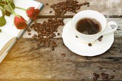 Kaffeetasse am Morgen auf altem hölzernem Hintergrund Lizenzfreie Stockfotografie