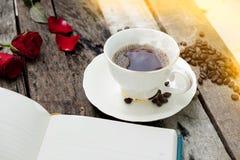 Kaffeetasse am Morgen auf altem hölzernem Hintergrund Lizenzfreie Stockbilder