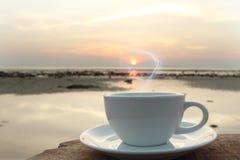 Kaffeetasse morgens auf der Terrasse, die Meerblick gegenüberstellt Lizenzfreie Stockfotos