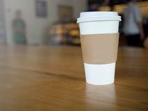 Kaffeetasse nehmen weg Stockbild