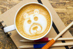 Kaffeetasse, Notizbuch und Bleistifte Stockbild