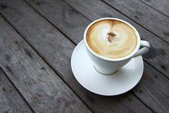 Kaffeetasse oder frischer Kaffee auf Holztisch in der Morgenzeit Lizenzfreie Stockfotografie