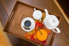 Kaffeetasse, Sugar Bowl, Dekantiergefäß, Eicheln, Kürbis und Fall-Blätter Stockfoto