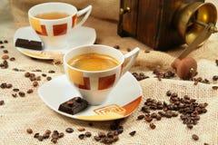 Kaffeetasse umgeben durch Kaffeebohnen Stockfotografie