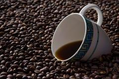 Kaffeetasse umgeben mit Bohnen Lizenzfreies Stockbild