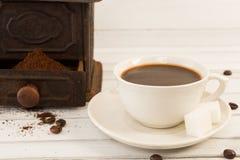 Kaffeetasse und alte Schleifmaschine lizenzfreie stockbilder