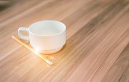Kaffeetasse und Bleistift Stockbilder