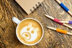Kaffeetasse und Bleistifte Stockbilder