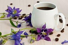 Kaffeetasse und Blumen Stockbild