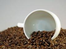 Kaffeetasse und Bohnen Stockbild