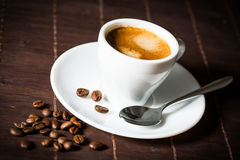 Kaffeetasse und Bohnen Lizenzfreies Stockfoto