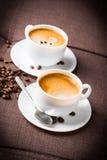 Kaffeetasse und Bohnen. Lizenzfreies Stockfoto