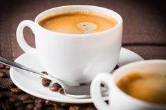 Kaffeetasse und Bohnen. Lizenzfreie Stockbilder