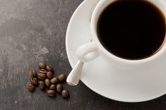 Kaffeetasse und Bohnen Lizenzfreie Stockbilder
