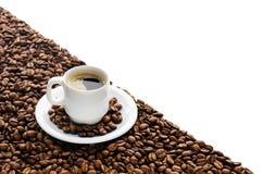 Kaffeetasse und Bohnen lokalisiert auf weißem Hintergrund Stockbilder