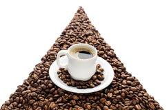 Kaffeetasse und Bohnen lokalisiert auf weißem Hintergrund Stockfoto