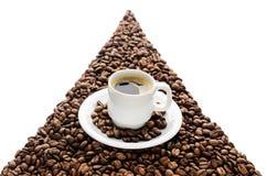 Kaffeetasse und Bohnen lokalisiert auf weißem Hintergrund Lizenzfreies Stockbild