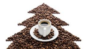 Kaffeetasse und Bohnen lokalisiert auf weißem Hintergrund Lizenzfreie Stockfotos