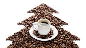 Kaffeetasse und Bohnen lokalisiert auf weißem Hintergrund Stockfotografie