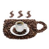 Kaffeetasse und Bohnen lokalisiert auf weißem Hintergrund Lizenzfreie Stockfotografie