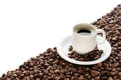Kaffeetasse und Bohnen lokalisiert auf weißem Hintergrund Stockfotos