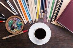 Kaffeetasse und Briefpapier Stockfoto
