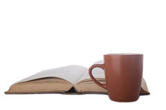 Kaffeetasse und Buch lizenzfreies stockbild