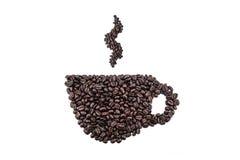 Kaffeetasse und Dampf gemacht von den Bohnen auf weißem Hintergrund Stockfotos