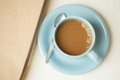 Kaffeetasse und ein Roman stockfotos